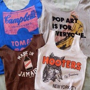 春なのに夏っぽくもあるオーストラリア。 そろそろ衣替えの季節かなぁと思い、久しぶりに服を整理してみたところ、あまり着ていないTシャツを何枚か発見しました。 Tシャツ好きゆえTシャツがいっぱい。 エコバッグやトートバッグなどこれまでにいろんなTシャツリメイク小物を作ったけれど、そういえば巾着袋を作っていなかった!ことに気がつきました。 昔は巾着袋しか作ることができなかったのに。 衣類や小物の収納・仕分け、ポーチ代わりなど何かと便利な巾着袋は比較的簡単に作れる点が魅力です。 さらにTシャツは布端の処理が不要だから楽。大雑把に作ってもそれなりの形になります。 古着も無駄にしない!着なくなったTシャツが自分だけのオリジナル巾着袋に生まれ変わる! 両側から紐が出るタイプ、片側から紐が出るタイプなど手作り巾着袋の作り方・縫い方、リメイク方法を徹底解説します。 スポンサーリンク 目次使い道いろいろ!収納・仕分けに便利な巾着袋巾着袋に適したTシャツの生地簡単!Tシャツリメイク巾着袋(両側で紐を絞るタイプ)の作り方材料1. Tシャツ全体のシワを伸ばす2. 袖・両脇・襟・裾を切る3…