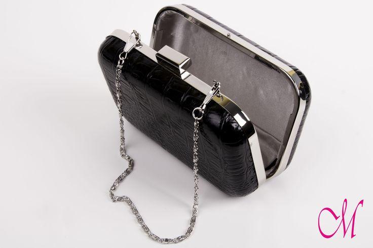 Bolso clutch en piel negra brillante con forro en plata. www.monetatelier.com