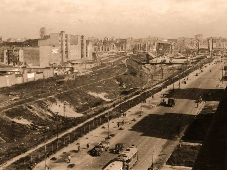 Warszawa - ruiny Dworca Głównego i kamienic w Alejach Jerozolimskich, na miejscu których powstanie plac Defilad z Pałacem Kultury i Nauki (1947)