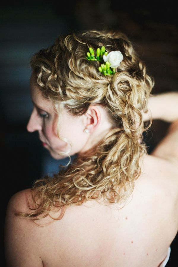 VAIN shares wedding hairstyles for girls with curls | Offbeat Bride: Curly Updo, Long Curls, Curly Style, Curly Wedding Hair, Curly Hair Updo, Offbeat Bride, Vain Shared, Wedding Hairstyles, Wavy Curls