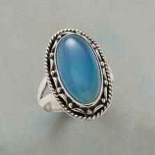 Bu güzel, el yapımı gümüş oval kalsedon halka mavi bir ifadedir.
