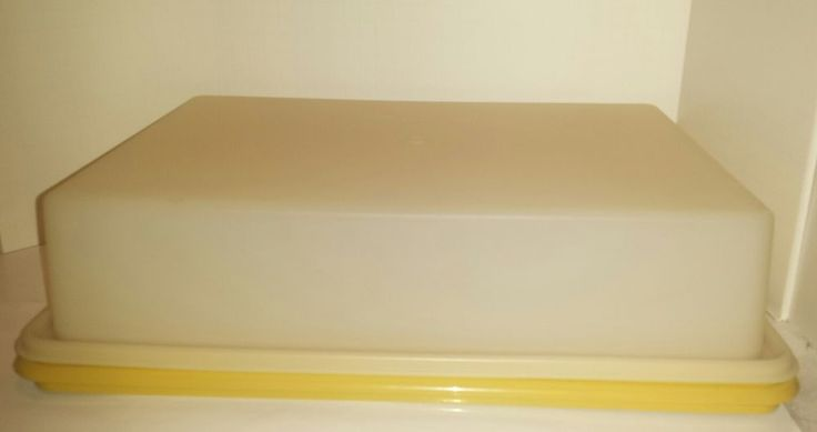 TUPPERWARE Rectangle Cake Keeper Vintage Harvest Gold 9.5 x 13.25 inch on Inside