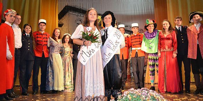 """BALUL BOBOCILOR CANTEMIRIŞTI • În cea de-a şasea zi a lui Brumar, în sala de festivităţi a Colegiului Naţional Militar """"Dimitrie Cantemir"""", elevi ai claselor a XI-a, respectiv a XII-a, au pus în scenă momente artistice deosebite, în spirit medieval, cu prilejul Balului bobocilor"""
