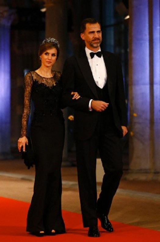 Spain's Crown Prince Felipe and Princess Letizia arrive for a banquet hosted by the Dutch Royal family at the Rijksmuseum, Amsterdam on 29 April 2013
