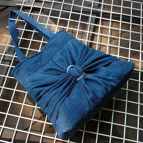 Džíska temně modrá s křídly motýla