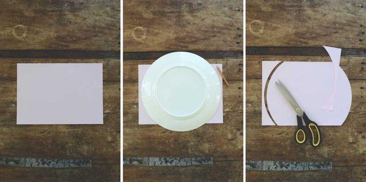 vika_hjärtan_01Här kommer en steg för steg beskrivning: 1) Använder A4-papper 80 gram. Tjockare papper kan bli svårt att göra sista viker med. 2) Ta en stor tallrik eller något annat som är större än pappret på höjden. Rita runt kanterna. 3) Klipp ut. 4) Gör nu alla papper du ska använda och ha redo. 5-6) Nu ska det vikas i dragspelsvikning längs med hela långsidan. Var noga med att dra vecken med nagel eller falsben så vecken blir vassa. Vik pa mitten. Limma ihop.