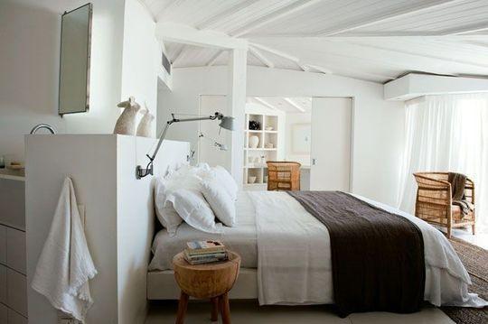 Une chambre chaleureuse et reposante aux poutres blanches