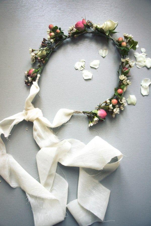 DIY-couronne-fleurs-001 Pile la bonne épaisseur de fleurs. En remplaçant les fleurs roses par des oranges, en gardant la base blanche et les baies.  A l'arrière, faire partir un voile léger ?