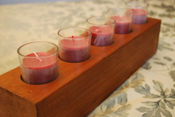 Ajouter une touche rustique à votre table avec cette pièce de bois en détresse. Chacun est 16 long et fabriqués à partir de récupéré 3 1/2 po de 3 1/2 bois de cèdre. Ajoutez des bougies pour habiller votre table à manger, ou ajouter des crayons de couleur et utilisez-le sur table art de vos enfants. Chacun des cinq trous sont 2 de diamètre et de 7/8 de profondeur. Choisir soit une tache brune ou rouge-brun foncée, ou contactez-moi pour options de peinture personnalisée. Motif de grain de…