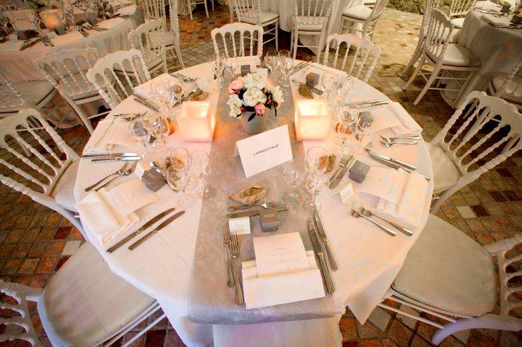 Inspiration déco de table dans les tons blancs, rose pâle et gris clair/argent