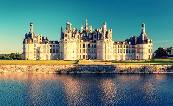 wybudowany na zlecenie króla Franciszka I  Chambord. Jest to największy z zamków na terenie doliny Loary, a jego sylwetka jest jednym z najlepiej rozpoznawalnych dzieł architektury okresu renesansu. Znajduje się ok. 15 kilometrów od miejscowości Blois. Dolina Loary to jedno z najpiękniejszych i najchętniej odwiedzanych miejsc w Europie. Na jej obszarze znajduje się ponad 300 średniowiecznych i renesansowych zamków oraz pałaców