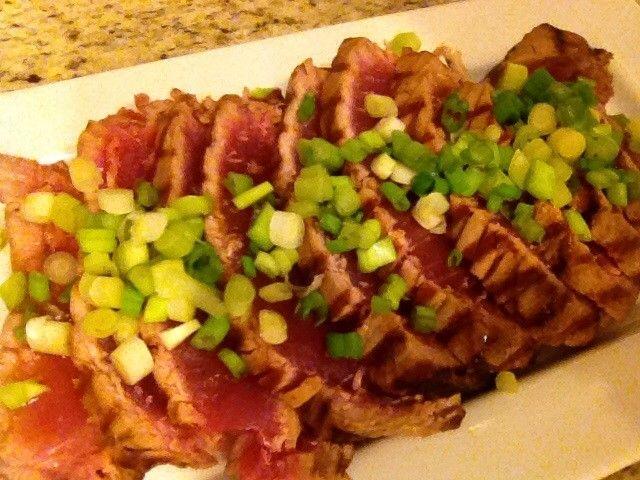 Ahí Tuna, su nombre Ahí significa 'Hawaiano' es el atún de aleta amarilla que se encuentra en los mares tropicales. Se utiliza mucho en la preparación de platos con pescado crudo, como en esta receta o para preparar el sashimi. A quien le gusté el atún rojo poco hecho, esto le va a encantar...