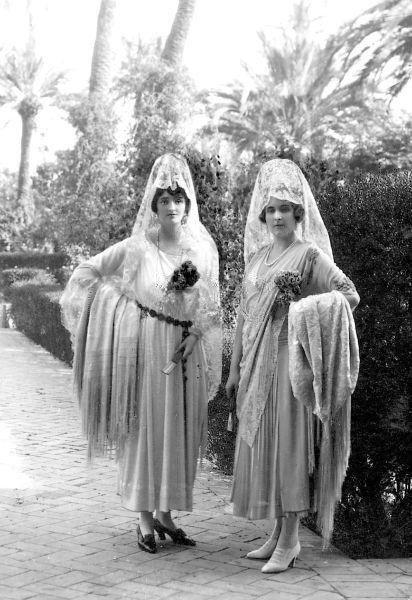 Reina Victoria Eugenia y la Marquesa de Carisbrooke http://www.pinterest.com/malurove/mantillas-y-peinetas-espa%C3%B1olas/
