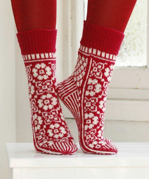 11 Festive Knitted Socks for Christmas with Free Pattern | www.FabArtDIY.com