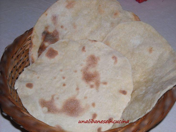 Pane Pita: è il nostro pane tipico libanese, e viene preparato con la farina 00 e quella di grano duro, è molto sottile, ed è adatto ad essere arrotolato.