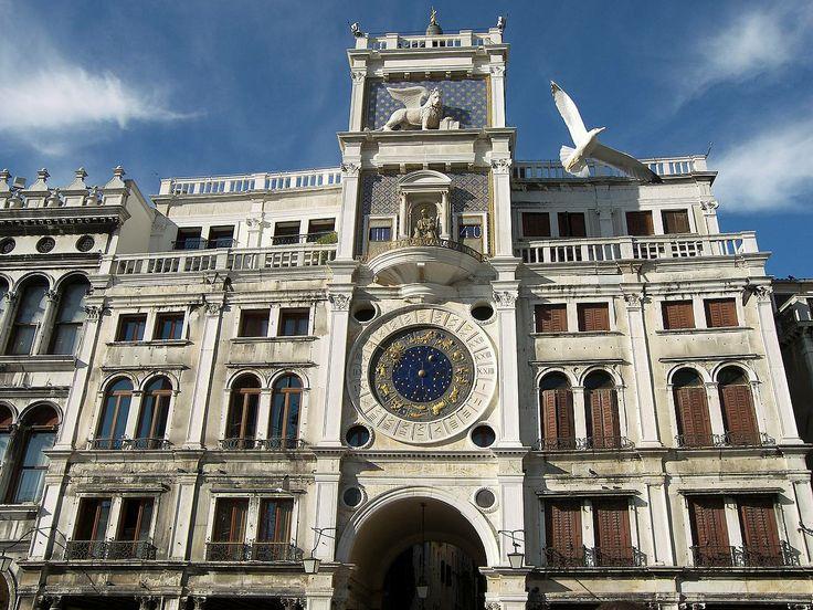 A székesegyház jobb oldalán található az Óratorony is, amelyet 1496-ban építtettek. A maga korában csodaszerkezetként tartották számon, ugyanis nemcsak az időt mutatja, hanem a holdfázisokat és a Nap haladását is az állatövekben. www.velenceikarneval.hu