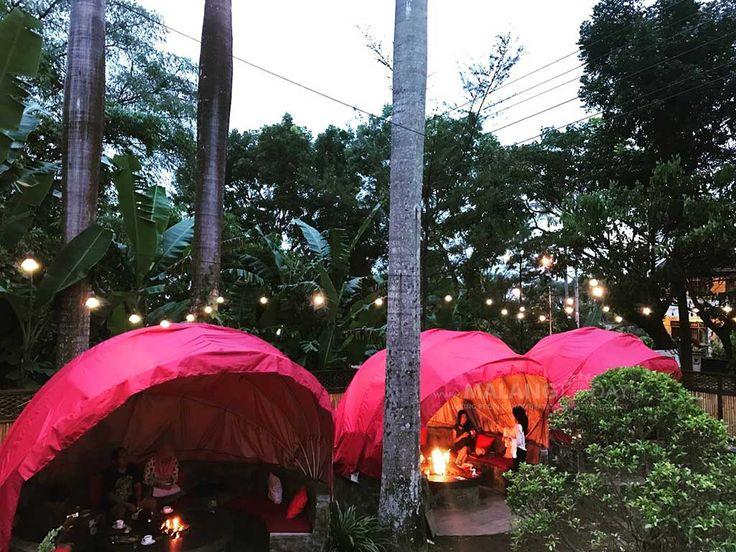 Camp Fire, Kafe Ala Kemah di Pegunungan https://malangtoday.net/wp-content/uploads/2017/01/Camp-Fire-4.jpg MALANGTODAY.NET –Berkemah sambil membakar makanan mungkin biasanya dilakukan di pegunungan. Namun apa jadinya jika kemah sambil membakar makanan dinikmati di tengah perkotaan dengan konsep Cafe? Mari kita ajak ke Camp Fire, sebuah Cafe yang mengusung konsep kemah ala pegunungan di Kota ... https://malangtoday.net/travel/kuliner/camp-fire-kafe-ala-kemah-di-pegunun