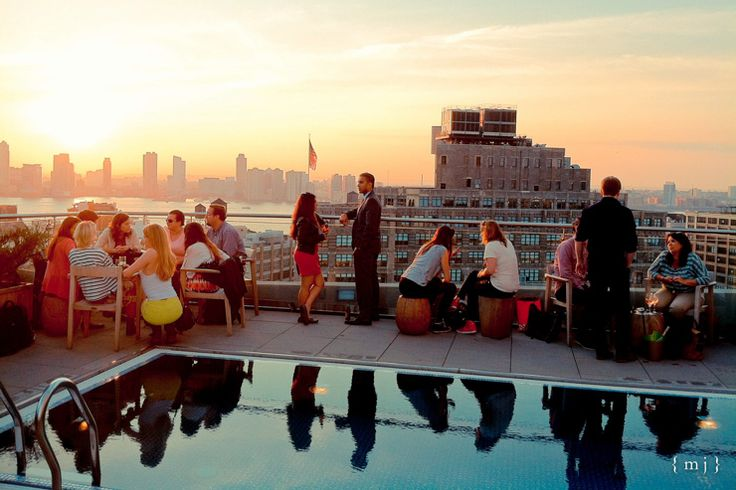 Vues imprenables sur les skyscrapers de Midtown, Wall Street et l'Hudson River, somptueuse terrasse autour de la piscine de l'hôtel, coucher de soleil dégagé et salons intérieurs aussi cools que luxueux, il ne fait pas de doute que le JIMMY, petit nouveau dans le monde des rooftops du Lower Manhattan, s'impose déjà comme l'un des plus beaux de toute la ville. Recommandé sans réserve.