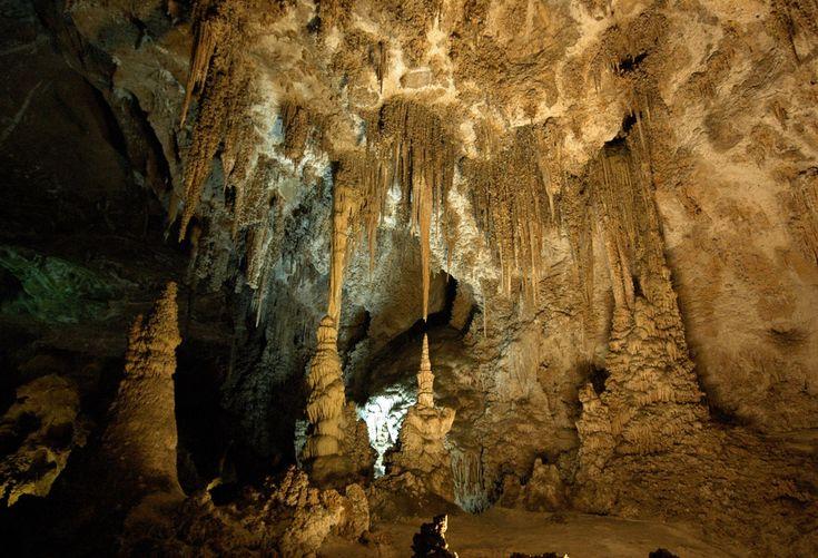 Cavernas de Carlsbad, Novo México, USA.  Formadas a partir de calcário e ácido sulfúrico, as rochas de Carlsbad são compostas por mais de 119 cavernas. Os visitantes podem entrar no Parque Nacional pela maneira convencional, ou descer o elevador a 260,6 m abaixo do solo.