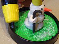 Suchst du noch ein Geschenk für Weihnachten? Wie wäre es mit einer selbst gestalteten Schneekugel? Das Innere der Kugel kannst du aus Fimo formen oder du verwendest fertige Plastikfiguren. Für weniger Bastelbegeisterte gibt es auch Schneekugeln, in die man ein Foto hineinschieben kann. Wir haben uns für einen selbstgemachten Schneemann aus Fimo entschieden.