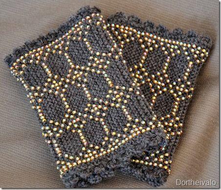 Knittet Greenlandic wrist warmers