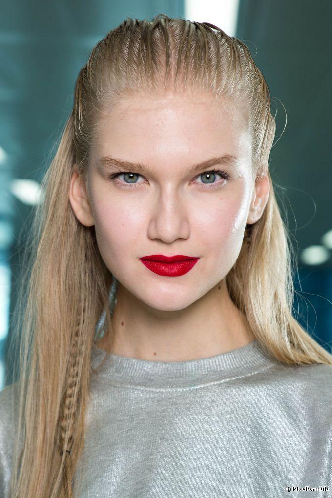 Batons vermelhos para loiras: veja 60 fotos com diferentes tons para se inspirar