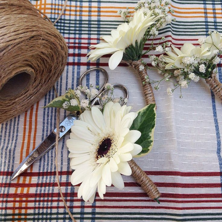 #buttonholes #wedding #bride #floral #ramodenovia #novia #boda #flores #flowers #flowerarrangement #gerbera #bouquet #laiaclaramunttallerfloral #sabadell #barcelona