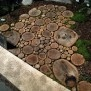 Halfronde stenen bank. Door moice