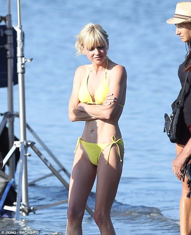 Girls Women With Beautiful Legs Wallpaper Anna Faris Strips Down To A Bikini As She Films A Scene