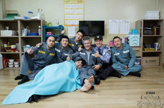 No one expected the drama to be this good. 'Prison Playbook' ends on the 18th and it is the most searched drama on portal sites. The stories of the people in Room 6 were craftily shaped and captured the viewers' attention. Kim Je-hyuk (Park Hae-soo) who was about to be released from prison was on the verge of danger because of chief Yeon (Joo Seok-tae).
