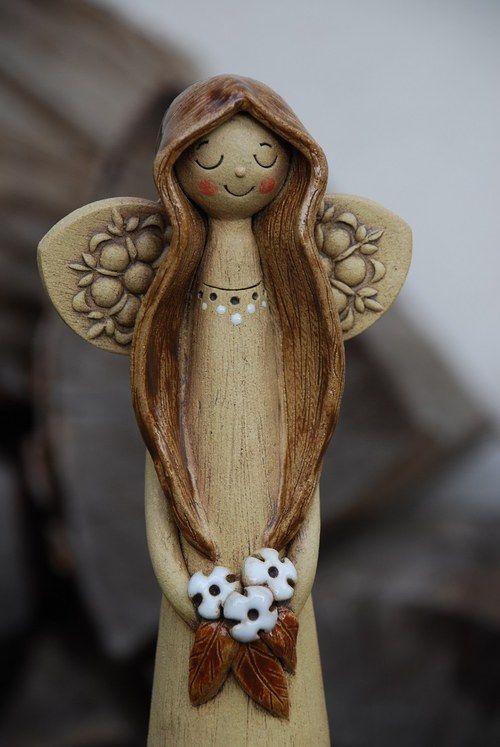 Keramický anděl s kyticí