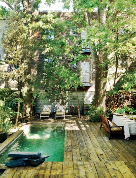 piscina con suelo de madera