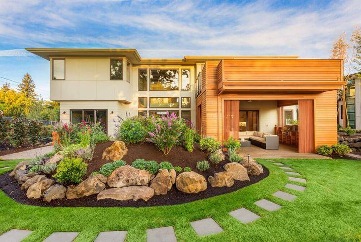 Dieses Haus ist eines der modernen Architektur, entworfen mit flachen Dach, natürlichen Farben und einfache Vorgarten Landschaft. Die Landschaft ist mit einer dichten und grünen Rasen Gras, ein Weg, die rings um sie, große steinerne Einfassung und wenige Zierpflanzen gefüllt.