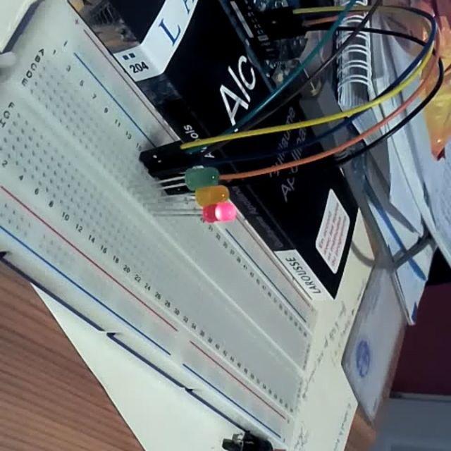 Petit programme de simulation d'un feux tricolore a base d'Arduino. (Montage sans résistance danger !) #arduino #arduinouno #led #leds #green #yellow #red #danger #warning by camce.jacha
