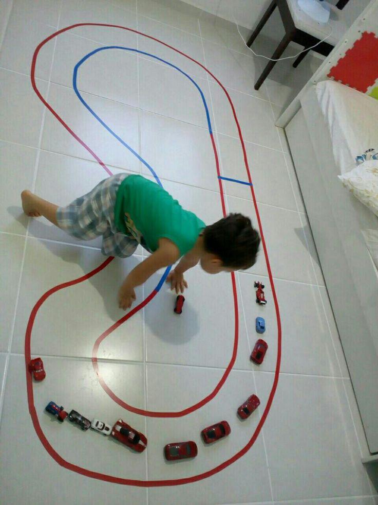 Speedway of tape. Pista de corrida com fita isolante.