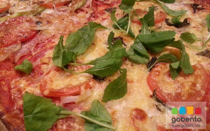 Bloemkoolpizza met kaas en topping naar eigen keus. Heel geschikt voor een koolhydraatarme lunch of diner.