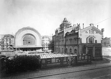 Uusi Helsingin rautatieasema rakenteilla, vanha asemarakennus oikealla 1914. Building the new Helsinki Railway station 1914, old station on the right.