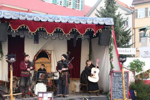 Die Band Various Coloribus performt melancholische oder rockige Weisen auf dem Esslinger Mittelalter-Weihnachtsmarkt vorm Rathaus am 27.11. Die Adventszeit hat begonnen.