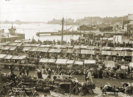 Vilkasta torikauppaa kuvaava panoraaman osanäkymä on kuvattu kohti kaakkoa Hotelli Seurahuoneen (nyk. Kaupungintalo) parvekkelta. Signe Brander 1909.