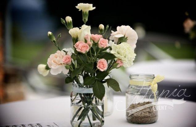 Wedding flowers. Jar bouquet. Simple yet beautiful flower wedding table decoration.  www.maniaevent.pl