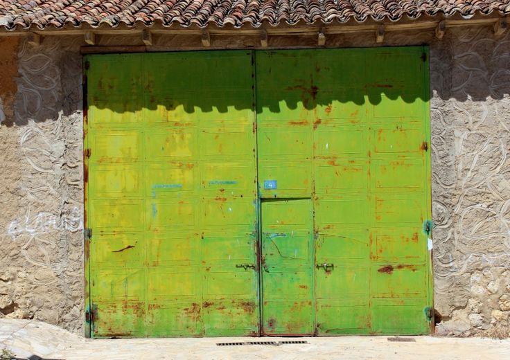 In Spain, Extremadura: Profane garage door - WHAT COLOR ! Tür - Porte - Porta