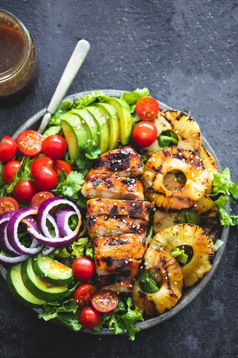 The teriyaki chicken, creamy avocados, crisp veggies and a sweet vinagrette make this a satisfying and healthy meal!