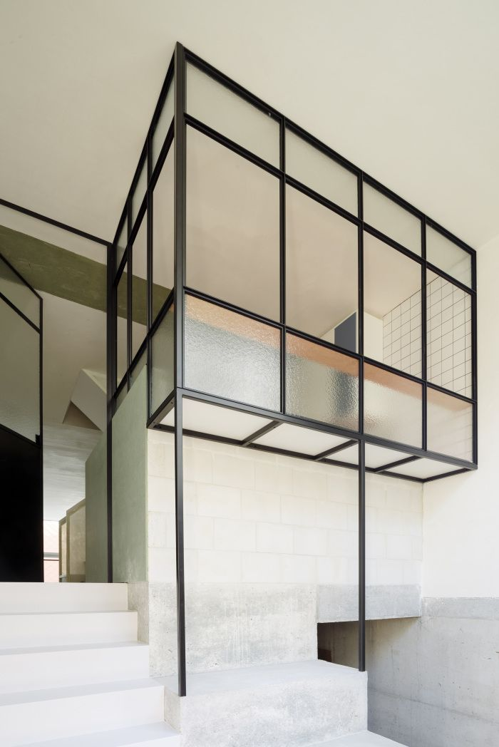 Crow's nest entrance hall and kitchen in a cantilever construction. Polish pine, HPL, lacquer, steel and glass. Photo: Olmo Peeters