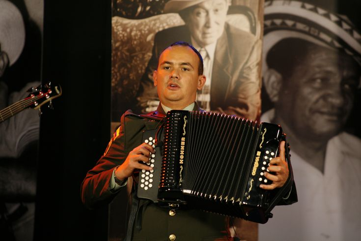 El señor Subintendente Ferney Jimenez,  con su acordeón lleva alegría por todo Colombia
