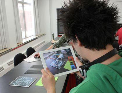 """""""Parallèle est une application iPad qui exploite la réalité augmentée. Parallèle est un jeu qui permet de se familiariser avec des notions d'électromagnétisme. Plus particulièrement, Parallèle s'adresse à tous les enseignants de physique qui ont à enseigner les notions liées au mouvement de particules chargées dans un champ électromagnétique, et à leurs étudiants"""" (Profweb)"""