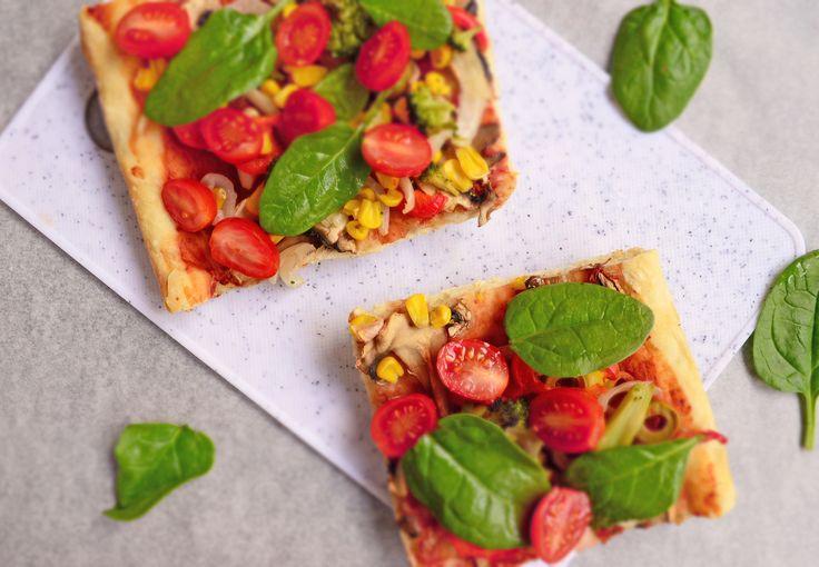 Un pranz vegan de weekend: Pizza cu legume (ciuperci, ceapa, porumb, ardei gras, brocoli - iar la final am decorat-o cu rosii cherry si spanac, fiindca prefer sa fie proaspete si crocante) <3