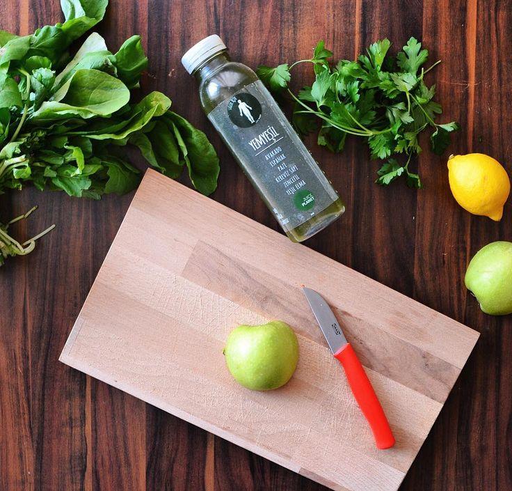 En güzel mutfak paylaşımları için kanalımıza abone olunuz. http://www.kadinika.com Kahvaltıdan sonra ara öğün niyetine vücudumun alkali dengesini koruması amaçlı tükettim. İçinde sevdiğim bütün yeşil sebze ve meyveler var. Avakado yeşil elma ıspanak pazı kereviz sapı  Hayat sağlıksız beslenmek için çok kısa bu yüzden günlerinizi fast food yiyerek geçirmek yerine evde basit ve sağlıklı tarifler yapmayı öğrenin. Böylece hem yemek yapmanın psikolojik faydasını göreceksiniz hemde vücudunuzu…