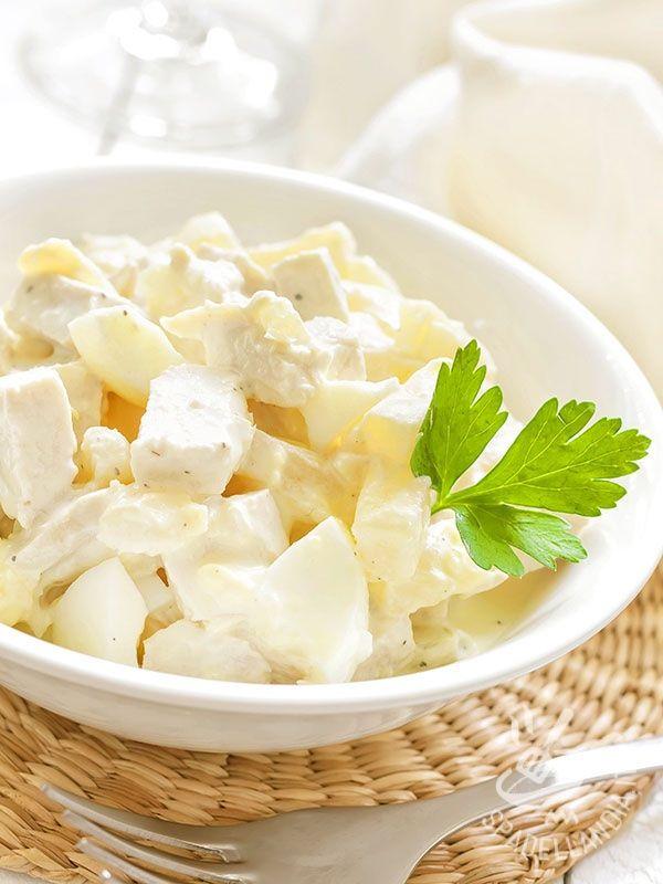 Chicken salad with yoghurt - L'Insalata di pollo allo yogurt è il trionfo della leggerezza e della freschezza: yogurt greco, mele verdi, sedano, pomodorino e pollo in un mix di bontà! #insalatadipolloyogurt