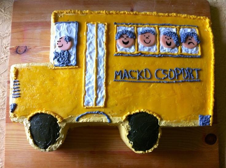 Pan de chocolate con nueva receta,relleno de crema batida con trocitos de galleta oreo y cubierto con crema de mantequilla suiza y decoracion de autobus escolar.