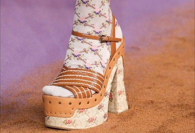 Sandali platform - Collezione di scarpe Prada Primavera/Estate 2015: modello platform con superficie cammello